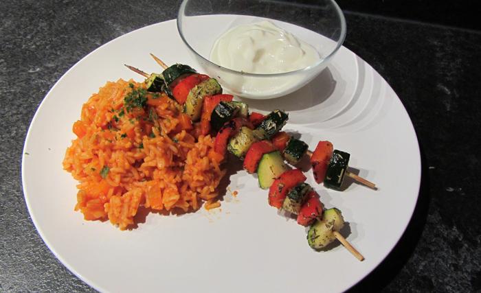 Gemüsespieße mit Tomatenreis