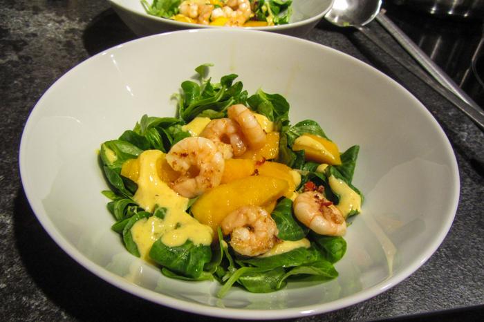 Salat mit Mango und Garnelen
